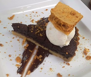 Dark-chocolate-and-banana-tart,-vanilla-ice-cream-and-crunchy-homemade-honeycomb(2)